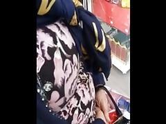 muzułmańska mama z bardzo ładnymi dużymi naturalnymi cyckami szpieguje w sklepie