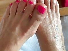 Selbst gemachter Amateur Footjob mit hübschen, sexy rosa Zehennägeln
