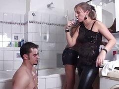 Femdom Le signore umiliano schiavo nel bagno