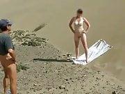 un voyeur pelote ma femme sur la plage