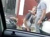 Pareja de hombres se maman la verga en la calle