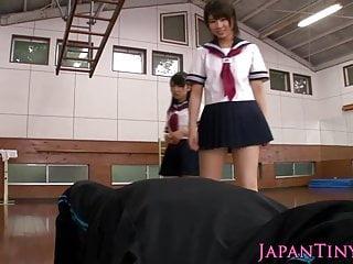 分享公雞的淘氣年輕日本女小學生