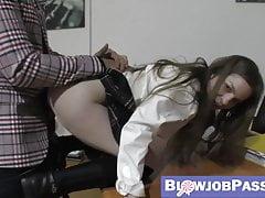 Schulmädchen-Babe mit Prügel und Schlagen bestraft
