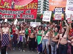 Argentinische Demonstranten ohne Kopf mit großen Brüsten