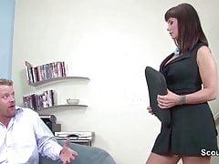 Ženské odlévání agent MILF Fucks žadatelé během lití