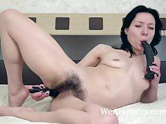 Eva Lisana masturbuje się zabawkami w łóżku