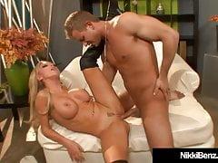 Busty Babe Nikki Benz bekommt eine heiße Ladung auf ihre Titten!