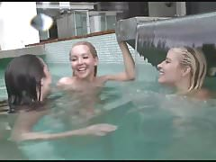 trio di adolescenti lesbiche in piscina