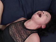 Il suo grosso cazzo nero fa orgasmi alla casalinga matura