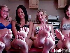 Eu vou fazer você gozar com apenas meus pés descalços