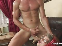 La nonnina con gli occhiali è desiderosa di assaggiarlo.mp4