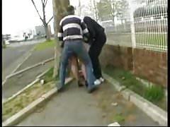 Syvlie bekommt 2 Schwänze in einer Straße