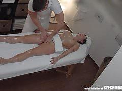 Freaky Masseur Cumming do swojego klienta