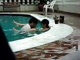Cholos tirando en piscina publica.