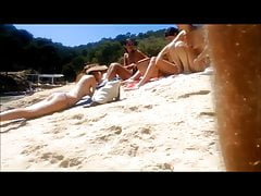 vier topless Teenager am Strand
