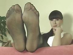 Maîtresse Weronika dans des pieds en nylon
