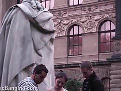 Carina ragazza adolescente scopa in strada PUBBLICA dalla famosa statua