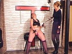 La padrona sta punendo il suo schiavo