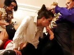 Bukkake-Liebhaber wird von ihrer Freundin mit Strapons vollgestopft