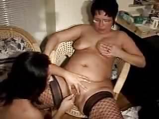 Amateur Lesbians Oldyoung video: Mutter und Tochter - Lesbensex