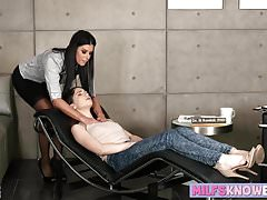 India Summers e Joseline Kelly mangiano figa in ufficio