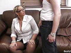 Velké prsy v uniformě jezdily v práci