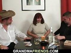 Trio con donna matura calda in calze