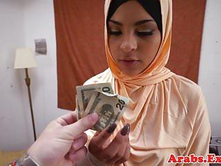 被禁止的阿拉伯habiba在嘴裡噴出