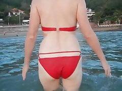 żona na plaży w czerwonym bikini (naga żona)