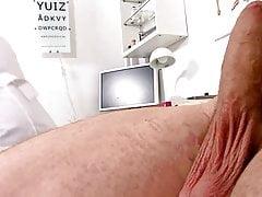 Starší blonďatá sestra měří pacienty měkké a vzpřímené