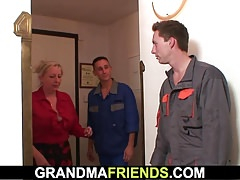 Zwei Handwerker ficken große Titten Oma