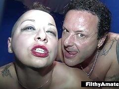 Orgie im Club mit 2 spritzenden Mädchen, die Gruppensex lieben