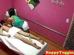 Massaggiatrice asiatica sussulta e scivola sul cliente