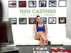 Doggystyled teen soffoca sul cazzo al casting