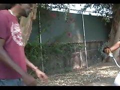 Czarna dziewczyna w fishnets Givesb Head bierze pussy pounding