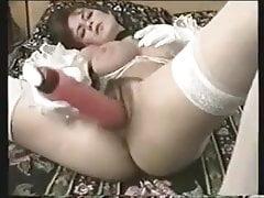 La esposa británica saca las bragas a un lado y se folla a ella con un consolador