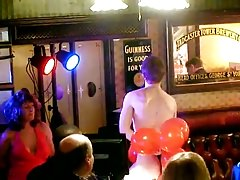 Frau zieht jüngeren Mann in der Bar aus - allthingscfnm