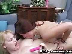 Busty Lacie et Kat se lèchent la chatte et se masturbent