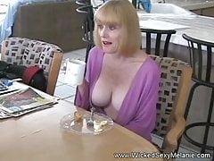 Przerywanie babci w kuchni z seksem