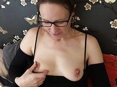 Claire masturbiert ihre rasierte Muschi (Sneak Peek)