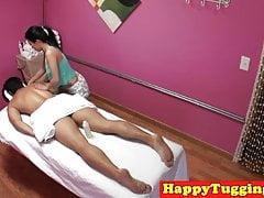 Piccola massaggiatrice asiatica scopata prima di tirare