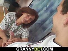 La nonna da cucire ingoia il cazzo del cliente