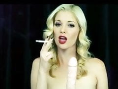 Charlotte Stokely en train de fumer une pipe