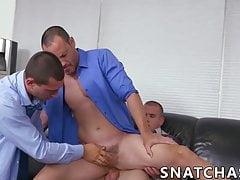 Tre colleghi gay stanno facendo una festa anale in ufficio