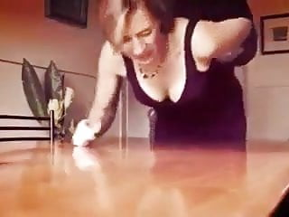 Spanking Milf Humiliation video: Prise sur la table devant son mari