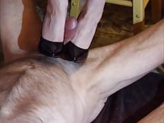 Czarna patentowa praca z butami na szpilkach 01
