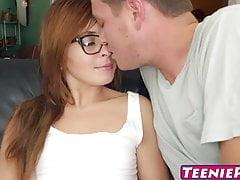Nerdy Rothaarige Kaylee Haze bekommt ihre enge Teen Pussy gerammt