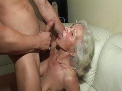 La prima volta che scopa una nonna bollente!