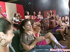 Wilde Schlampen saugen Stripper im Stripclub