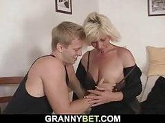 Die hübsche blonde Mutter wird doggy gefickt